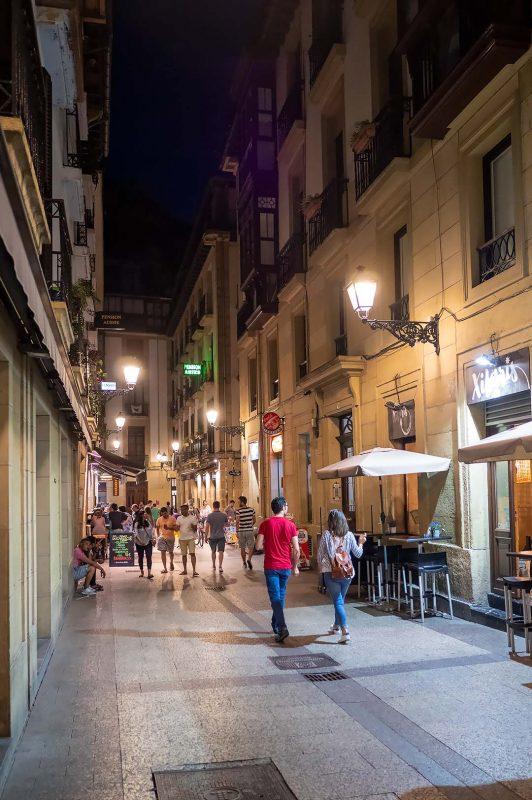 Smal gata genom gamla stadsdelarna av Donostia-San Sebastian, San Jeronimo Kalea