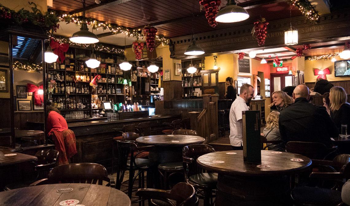 Inne på charmiga The Old Storehouse, i hjärtat av Temple Bar i Dublin