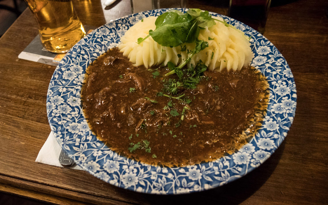 Klassisk Guinness and Irish Beef Caserole serverat på The Old Storehouse i Dublin