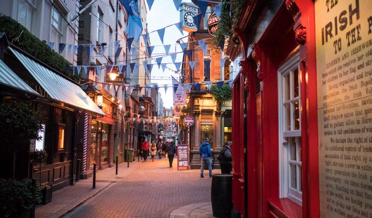 Inne i charmiga gator kantat av pubar i hjärtat av Dublin