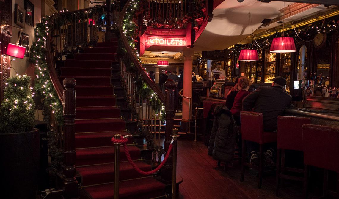 Vy från ett bord i ena delen av The Mercantile Bar & Grill i Dublin