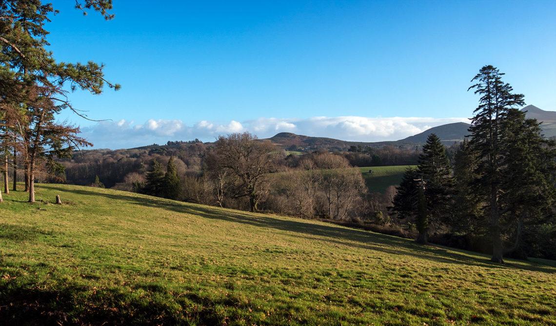 Vackra landskap runt om Powerscourt Gardens på Irland