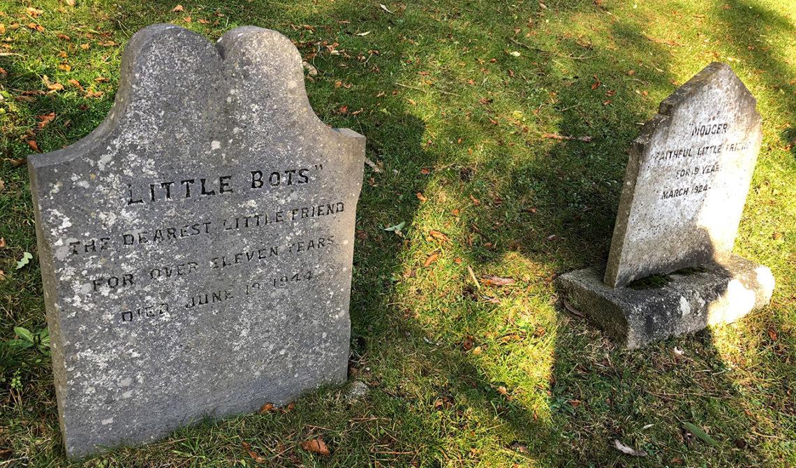 En av gravstenarna på djurkyrkogården i Powerscourt Gardens, Wicklow