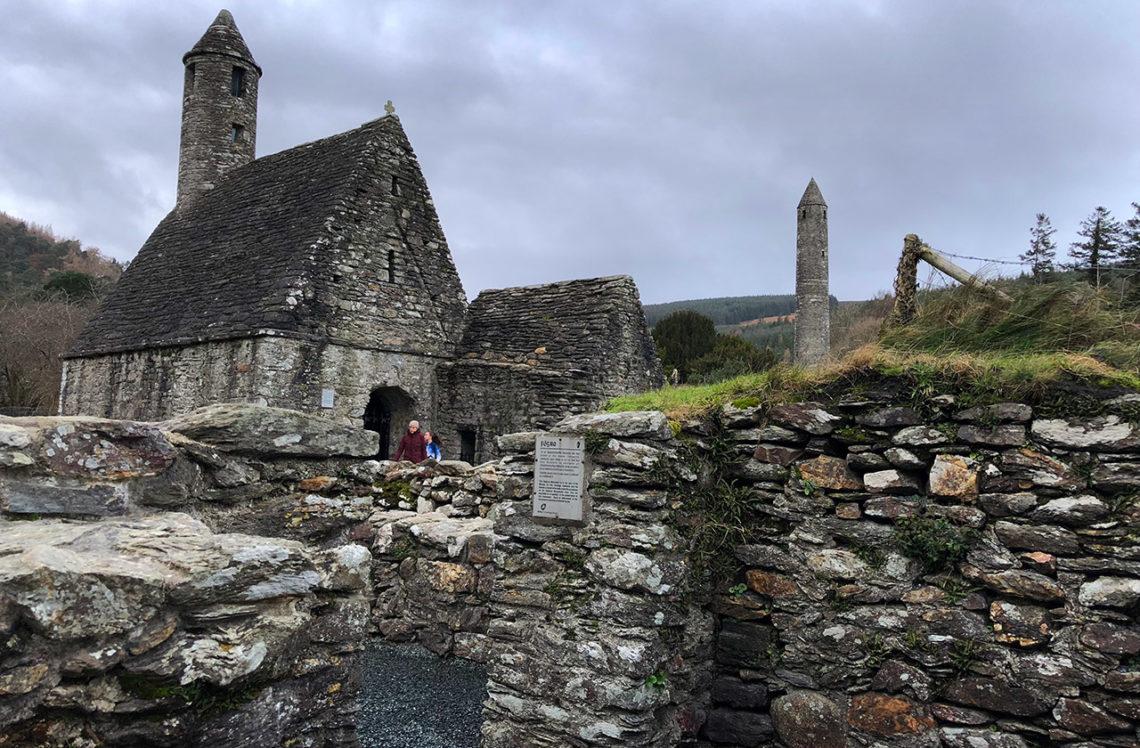 Bland ruinerna i Monastic City, Glendalough