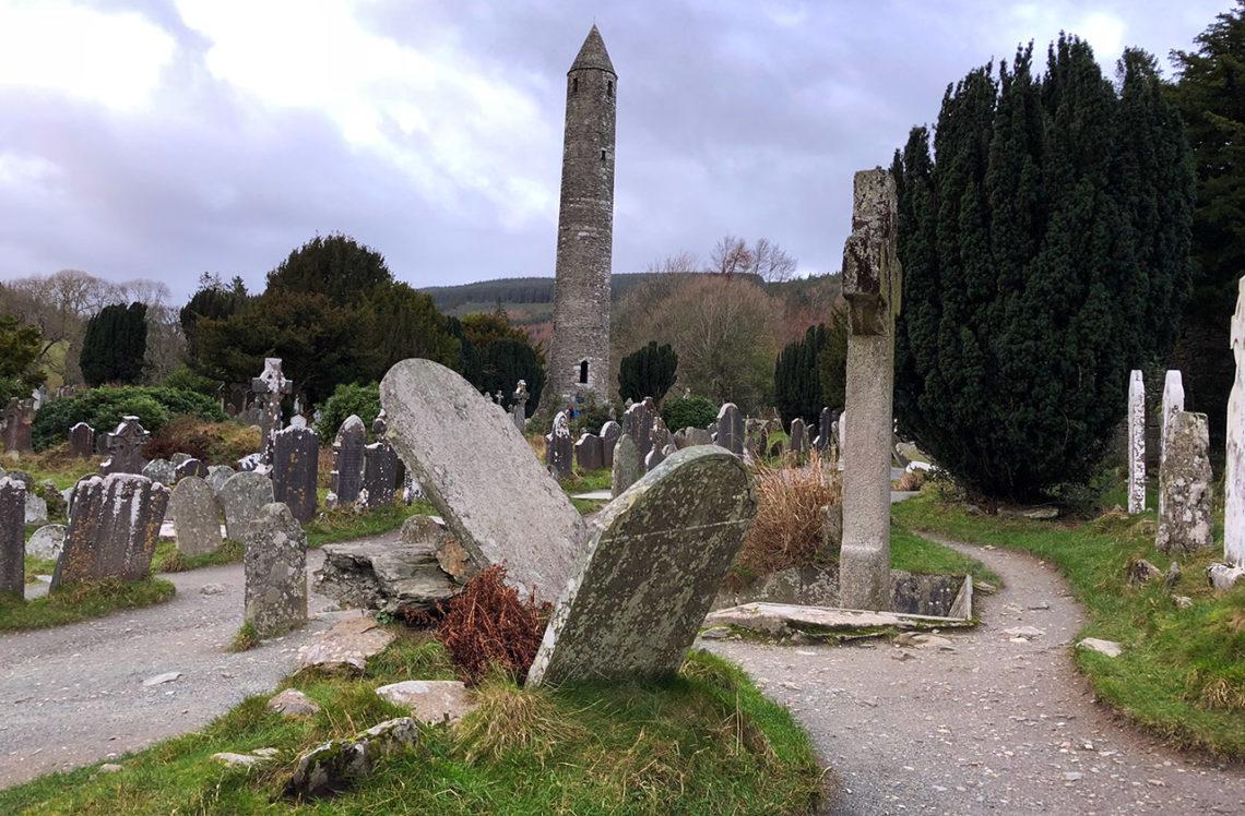 Bland gravstenar vid välbesökta Monastic City, Glendalough
