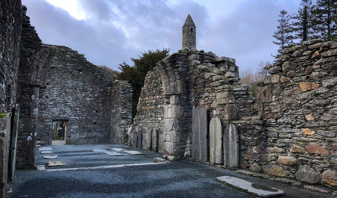 Bland rutinerna i den gamla katedralen, Monastic City, Glendalough
