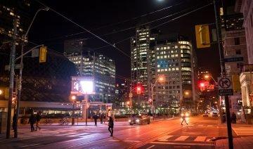 Gata i Downtown Toronto kvällstid