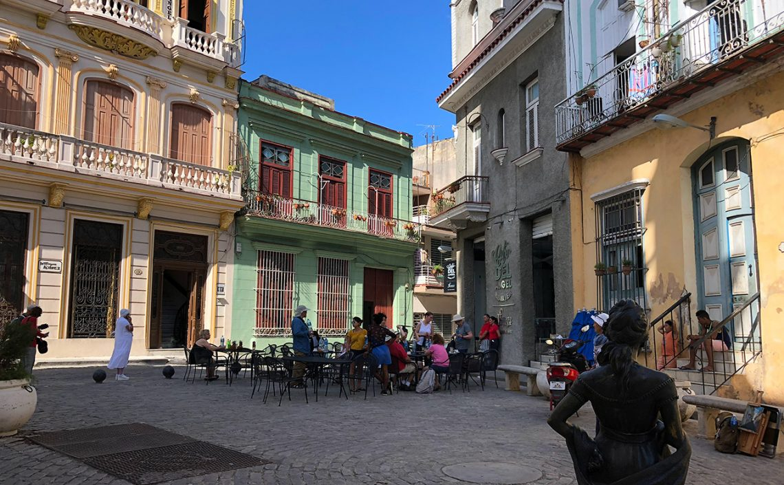 Litet torg i gamla stan Havanna, Kuba