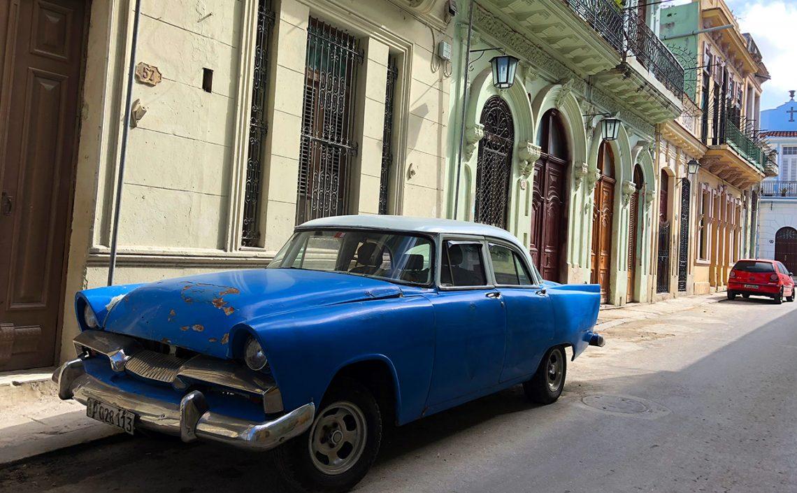 Amerikansk bil längs gata i Havanna