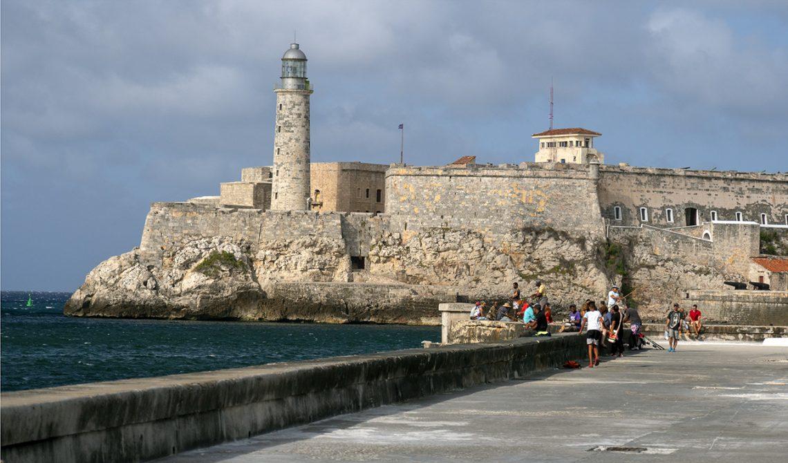 Längst med Malecón promenad i Havanna