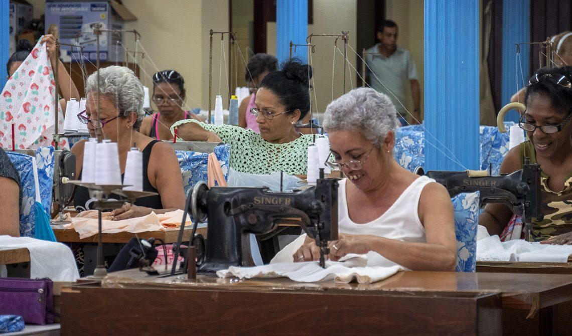 Kvinnor arbetar i syfabrik, Havanna, Kuba