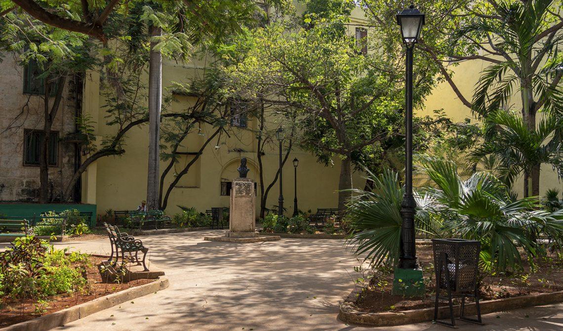 Charmig liten park i gamla delarna av Havanna