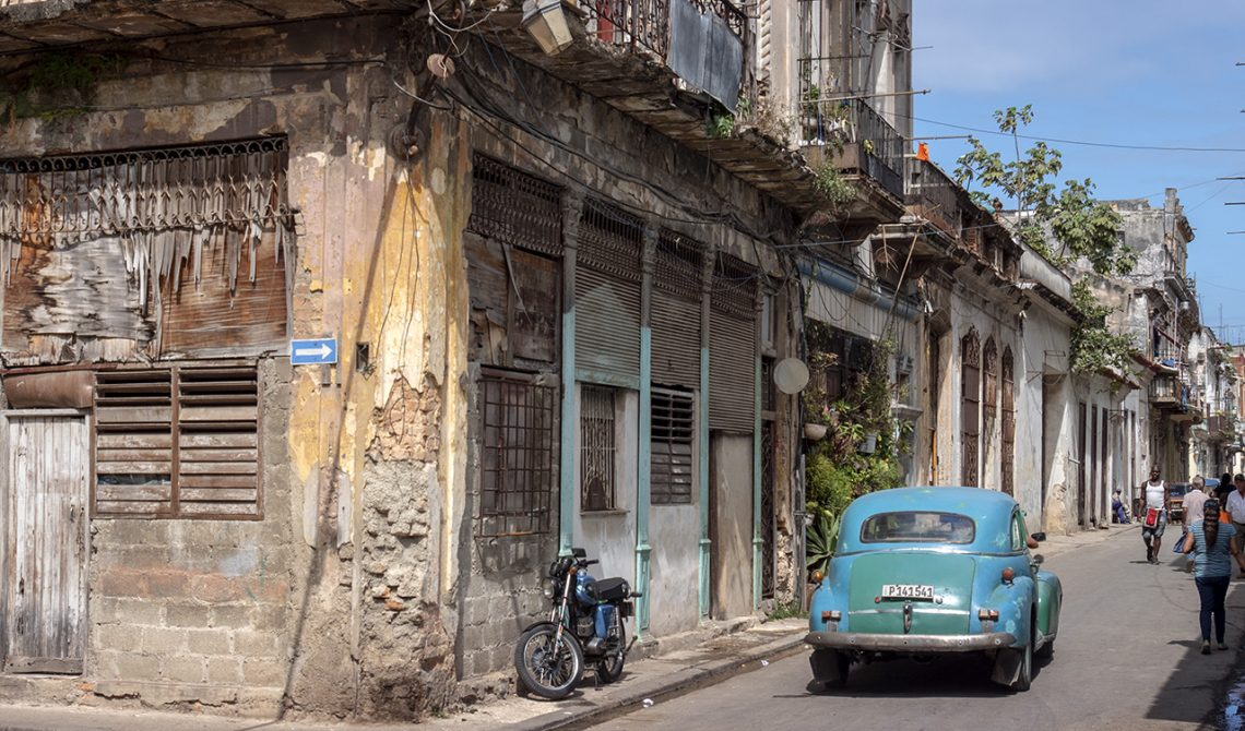 Gammal bil i Havannas gamla stadsdelar