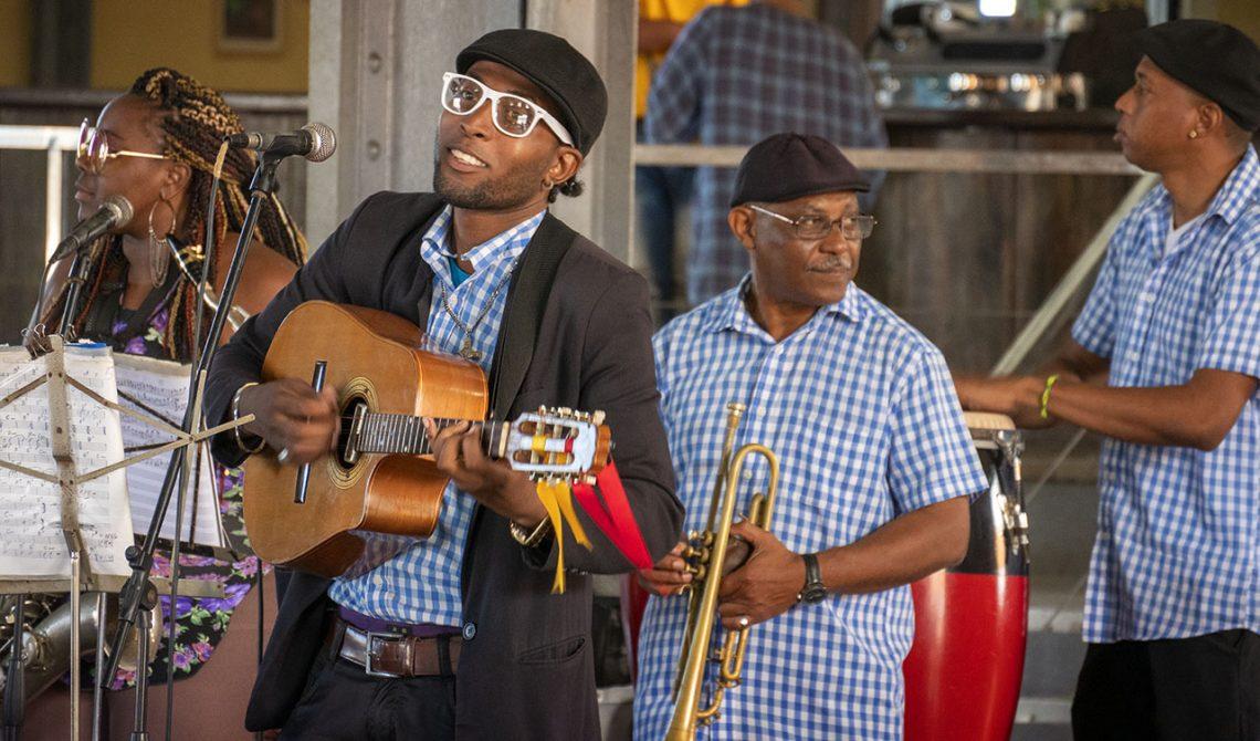 Musiker underhåller på Cerveceria Antiguo Almacen de la Madera y El Tabaco, Havanna