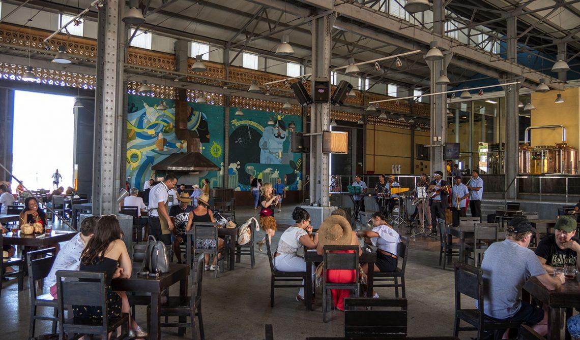 Inne på trevliga Cerveceria Antiguo Almacen de la Madera y El Tabaco, Havanna