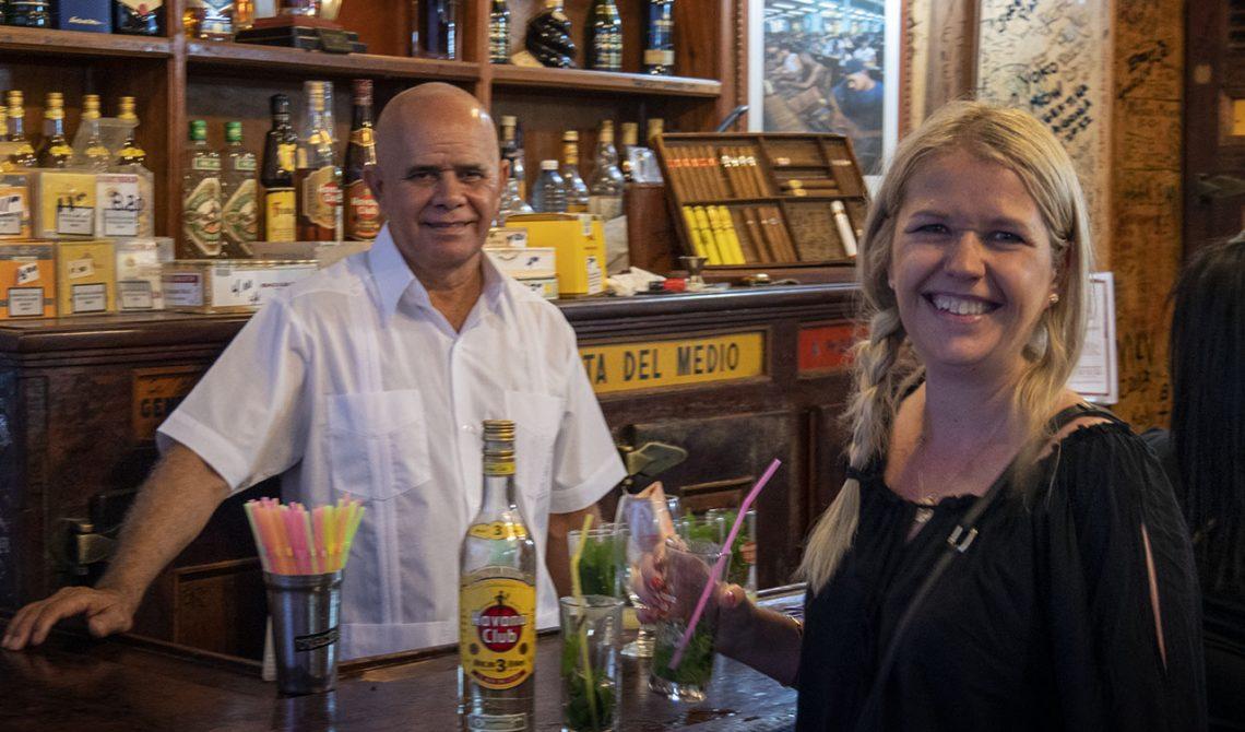 Servitören får en kort paus mellan alla mojitos, La Bodeguita del medio, Havanna