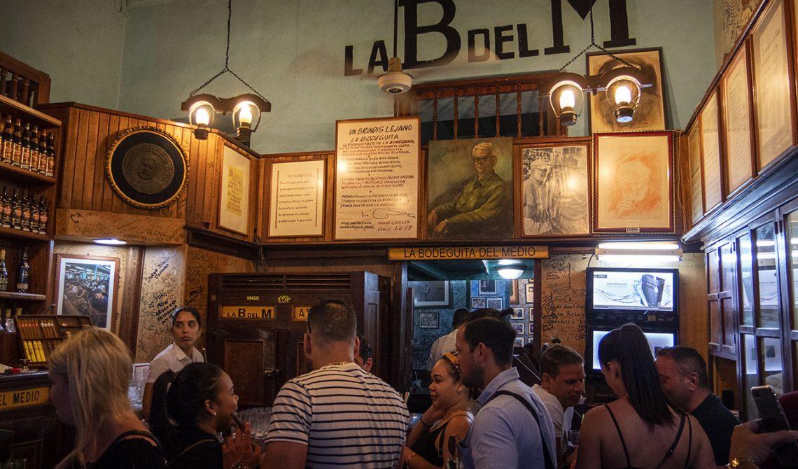 Inne på det berömda La Bodeguita del medio, Havanna