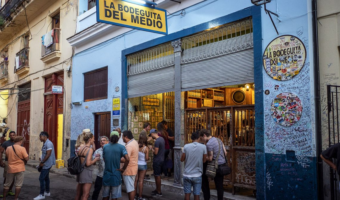 Mycket folk utanför välkända La Bodeguita del medio, Havanna