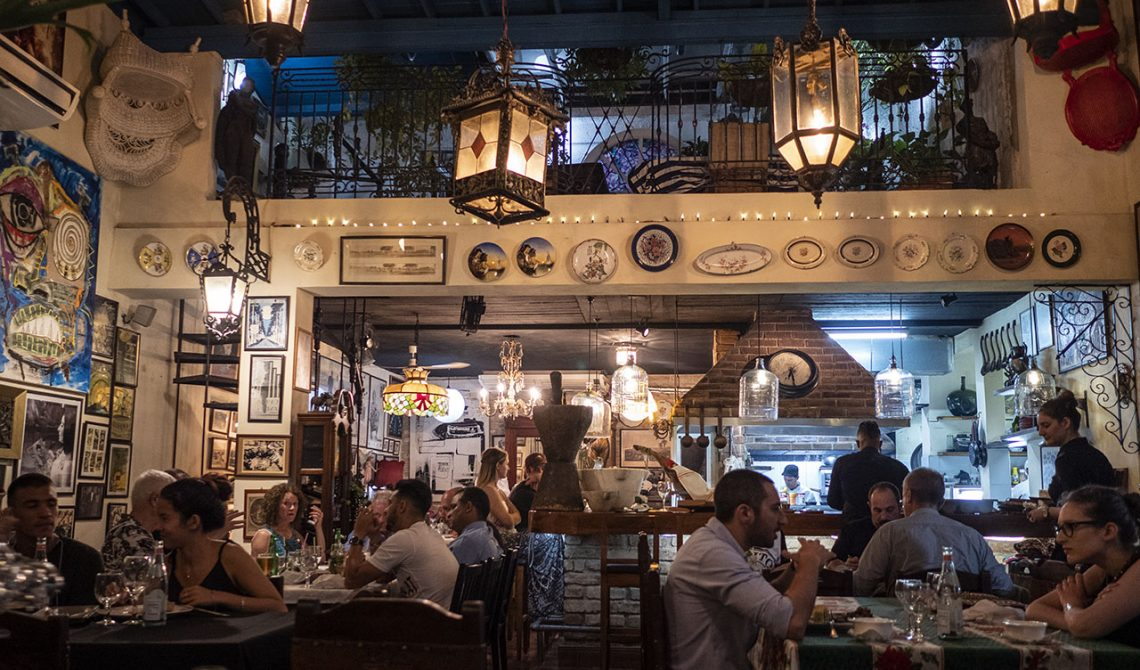 Inne på trevliga restaurangen Al Carbon i Havanna