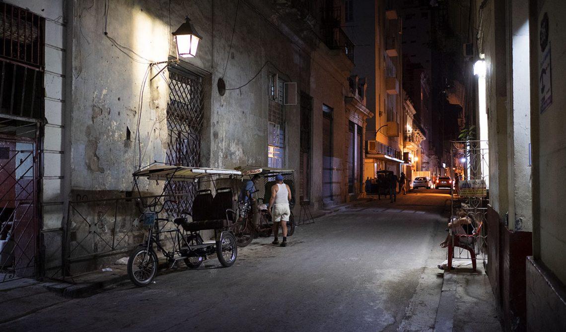 På promenad genom Havanna kvällstid