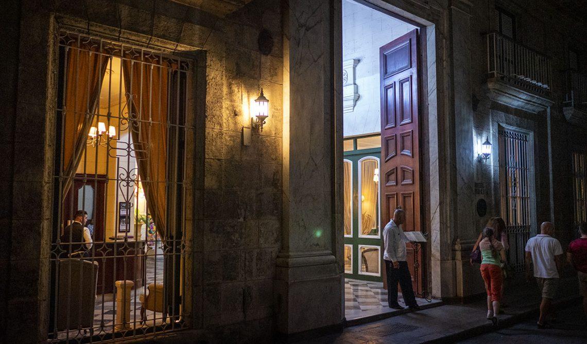 Hotel Florida entré kvällstid, Havana, Kuba