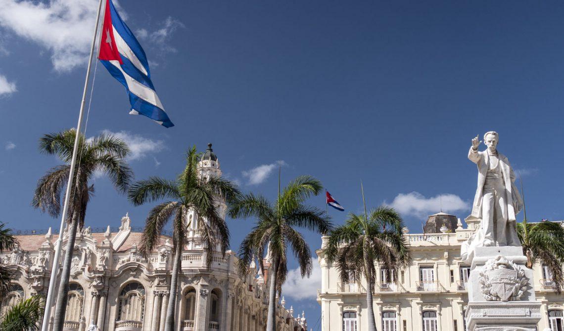 Kubas flagga på Parque Central i centrala Havanna
