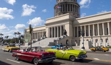 Klassiska gamla bilar för Kuba, här vid El Capitolio byggnaden i Havanna