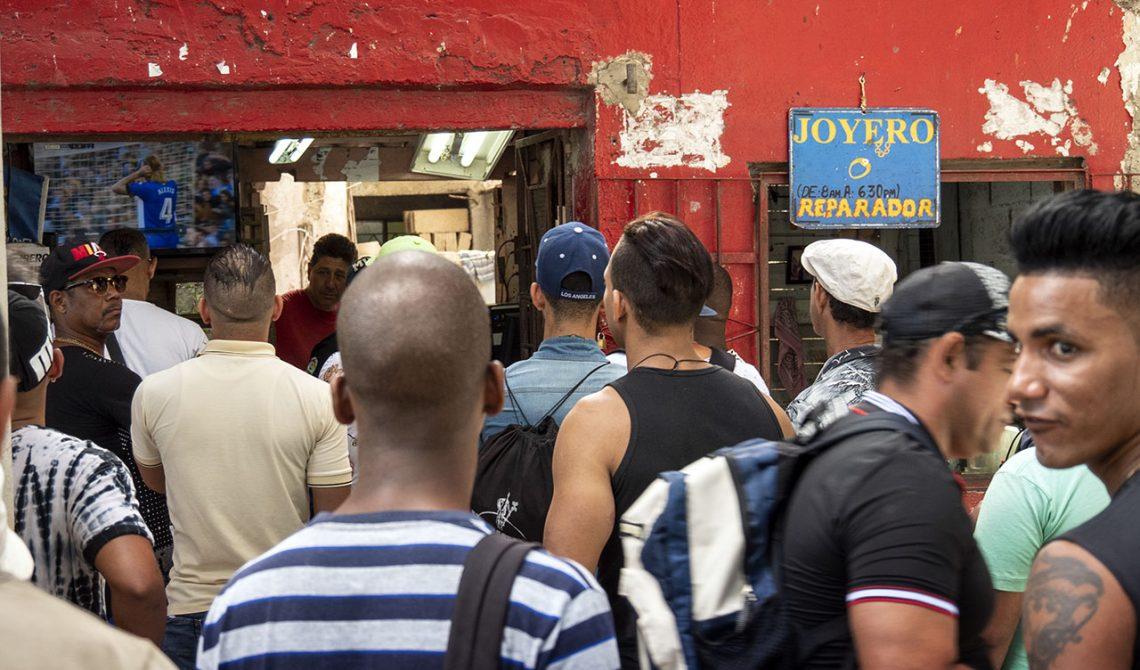 Havanna bor samlas vid en tv som sänder live fotboll