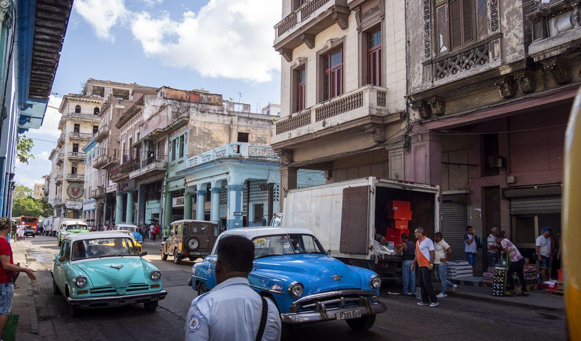 Färgglada bilar finns överallt i centrala Havanna