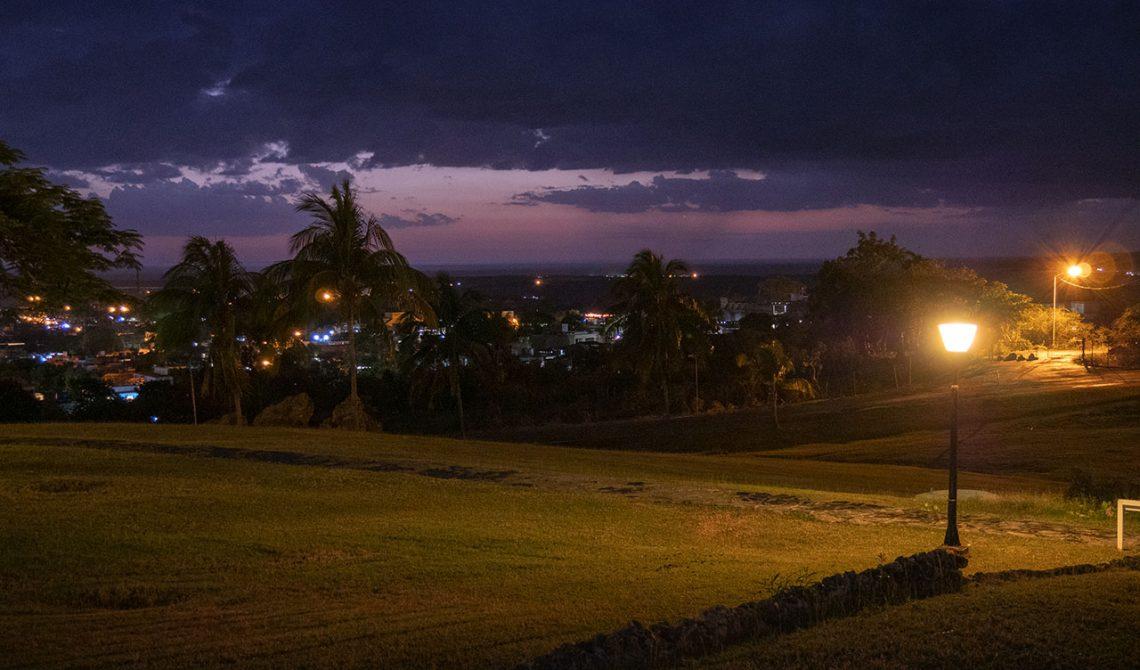Vy efter skymning från vårt boende på toppen av Trinidad